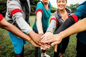 6 personne joignant les mains équipe