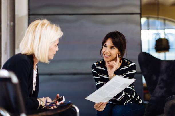 Deux femmes qui discutent lors d'un entretien d'embauche