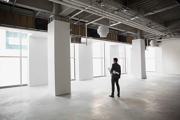 Patron d'entreprise en train de regarder les nouveaux locaux de sa société