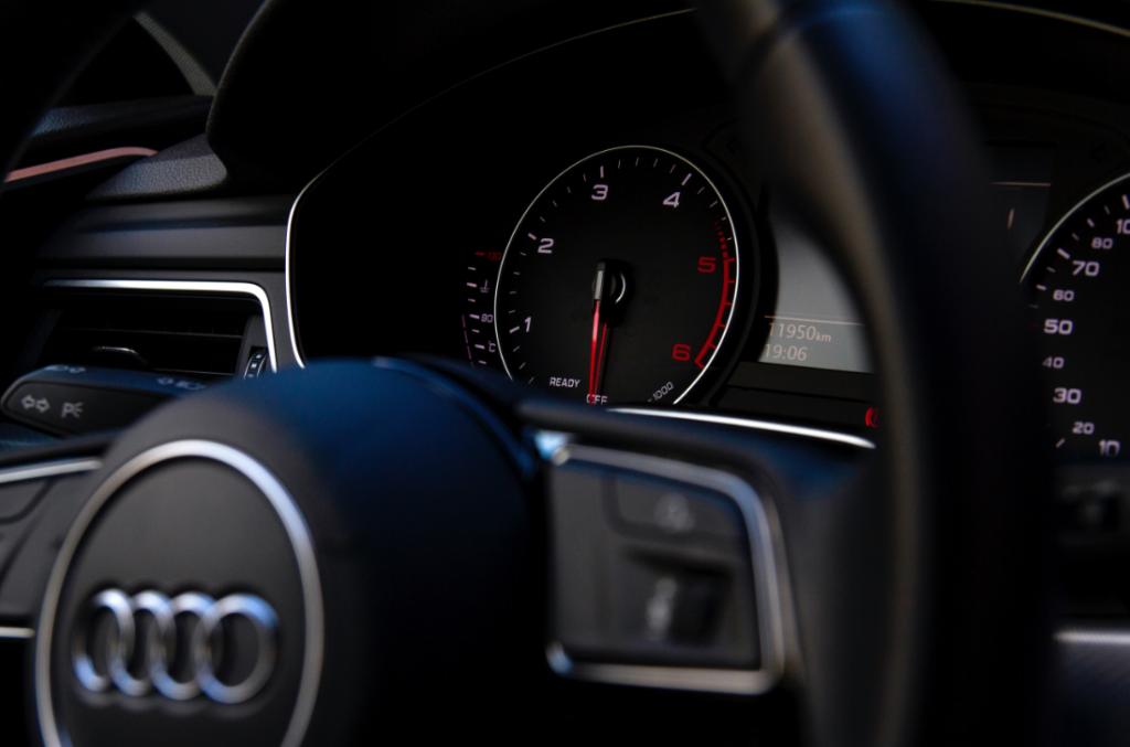Gros plan sur le volant d'une Audi