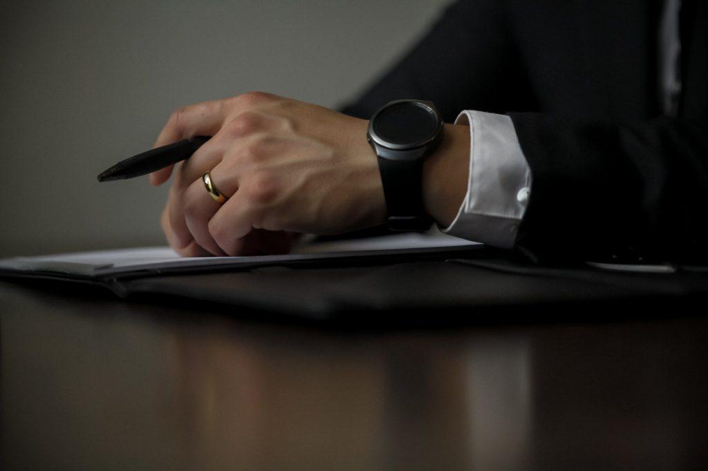 Délégué d'un syndicat professionnel sur le point de signer un accord