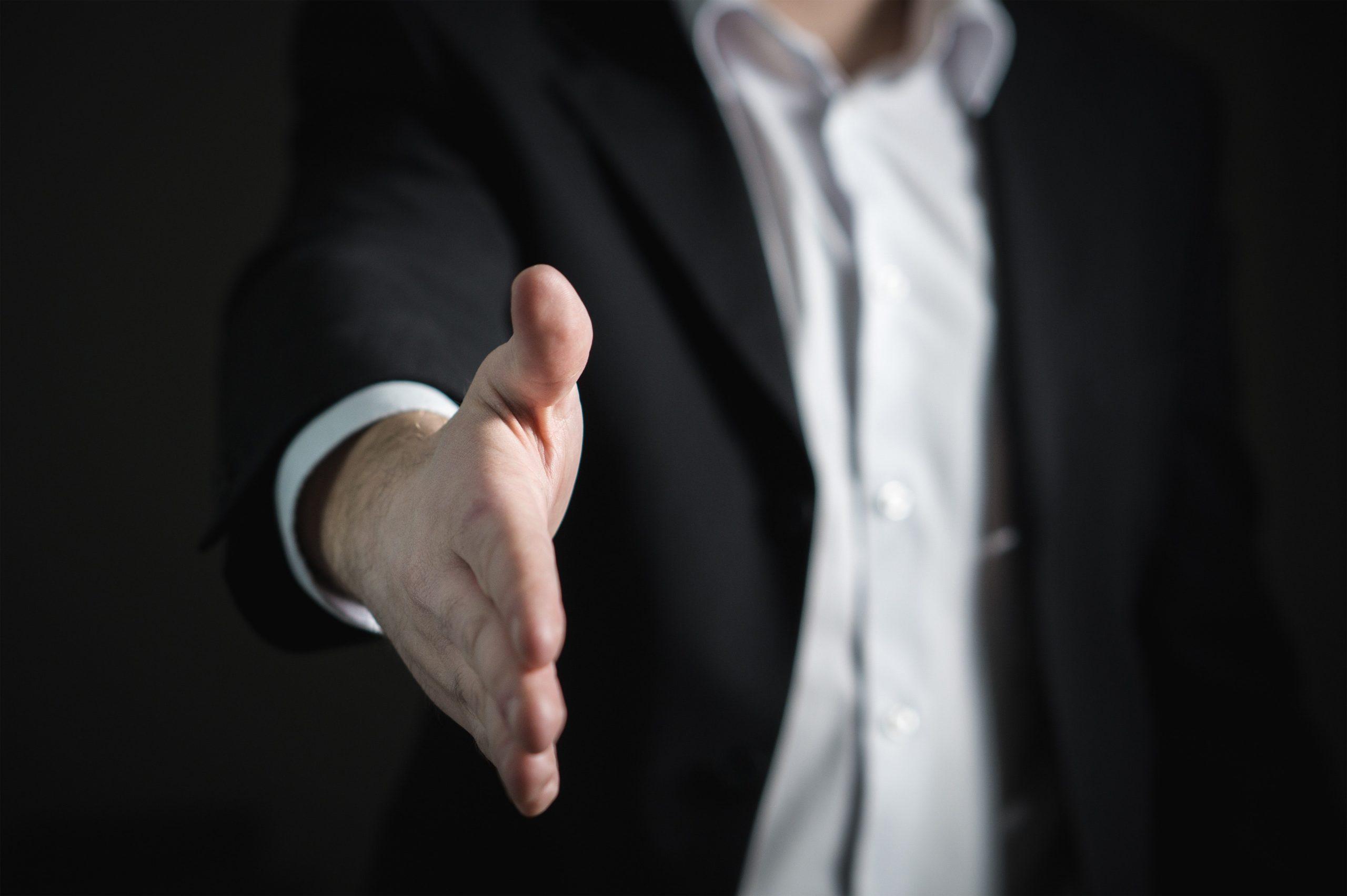 Manager qui salue son employé avant son entretien annuel