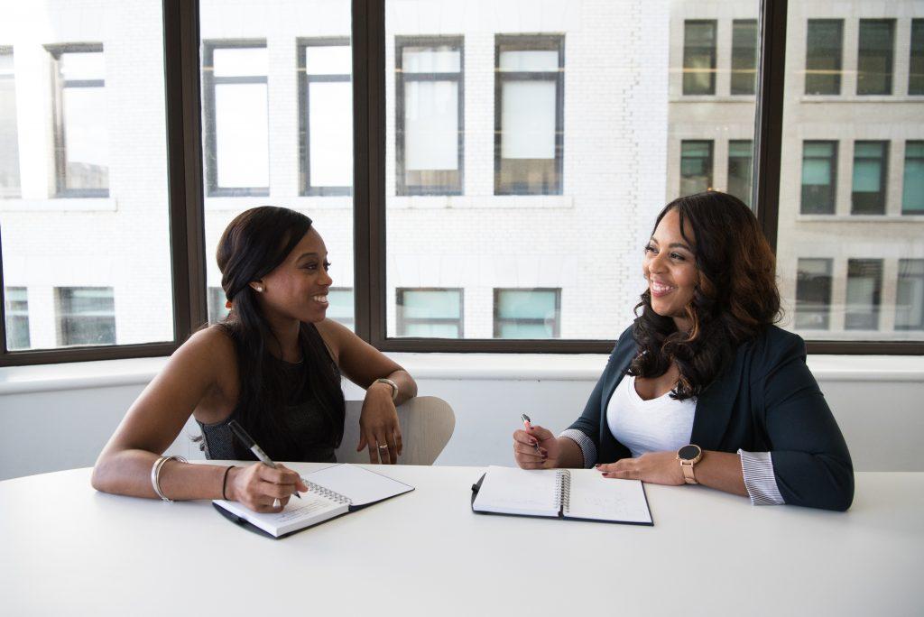 Deux femmes en rendez-vous professionnel
