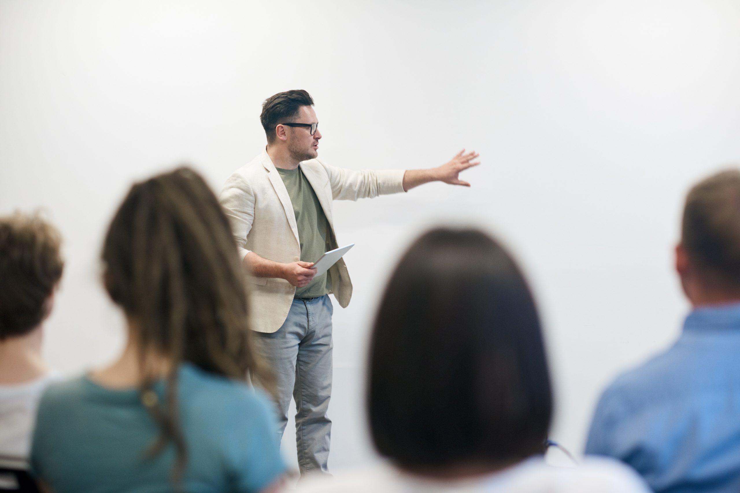 Formateur qui donne un cours à des apprenants