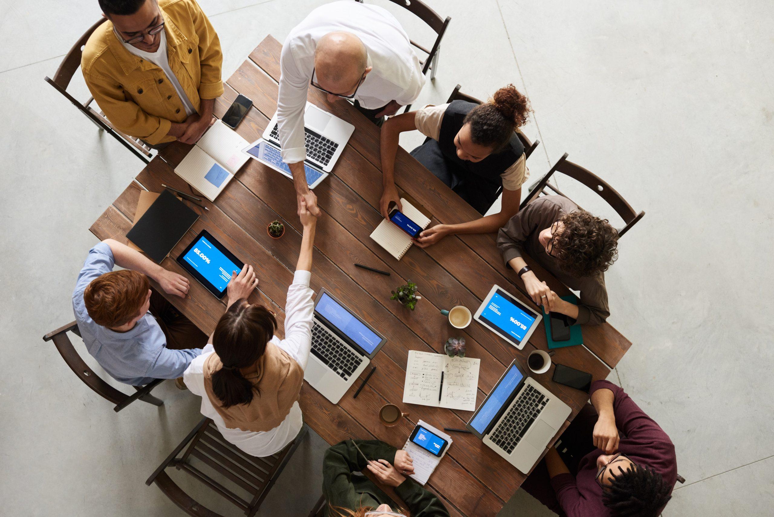 Photo prise du dessus de personnes qui travaillent autour d'une table