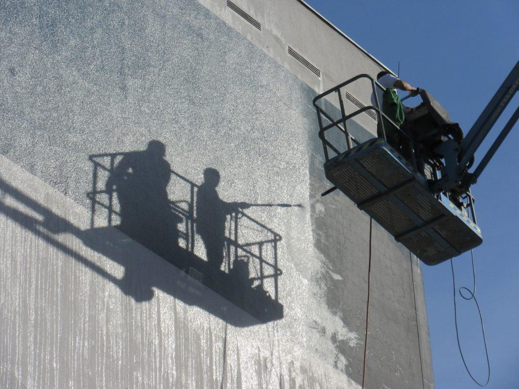 Personnes travaillant en hauteur sur une nacelle élévatrice