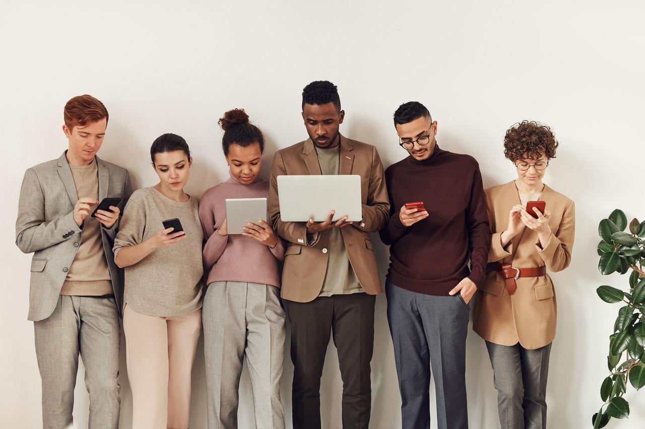 Collaborateurs sur leur smartphone