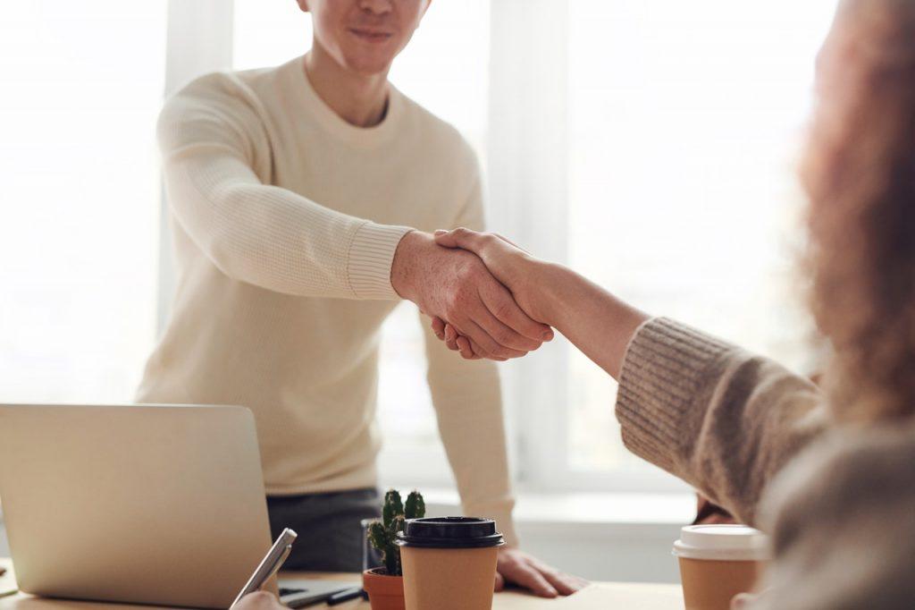 candidat qui se serre la main au recruteur lors d'un entretien de stage
