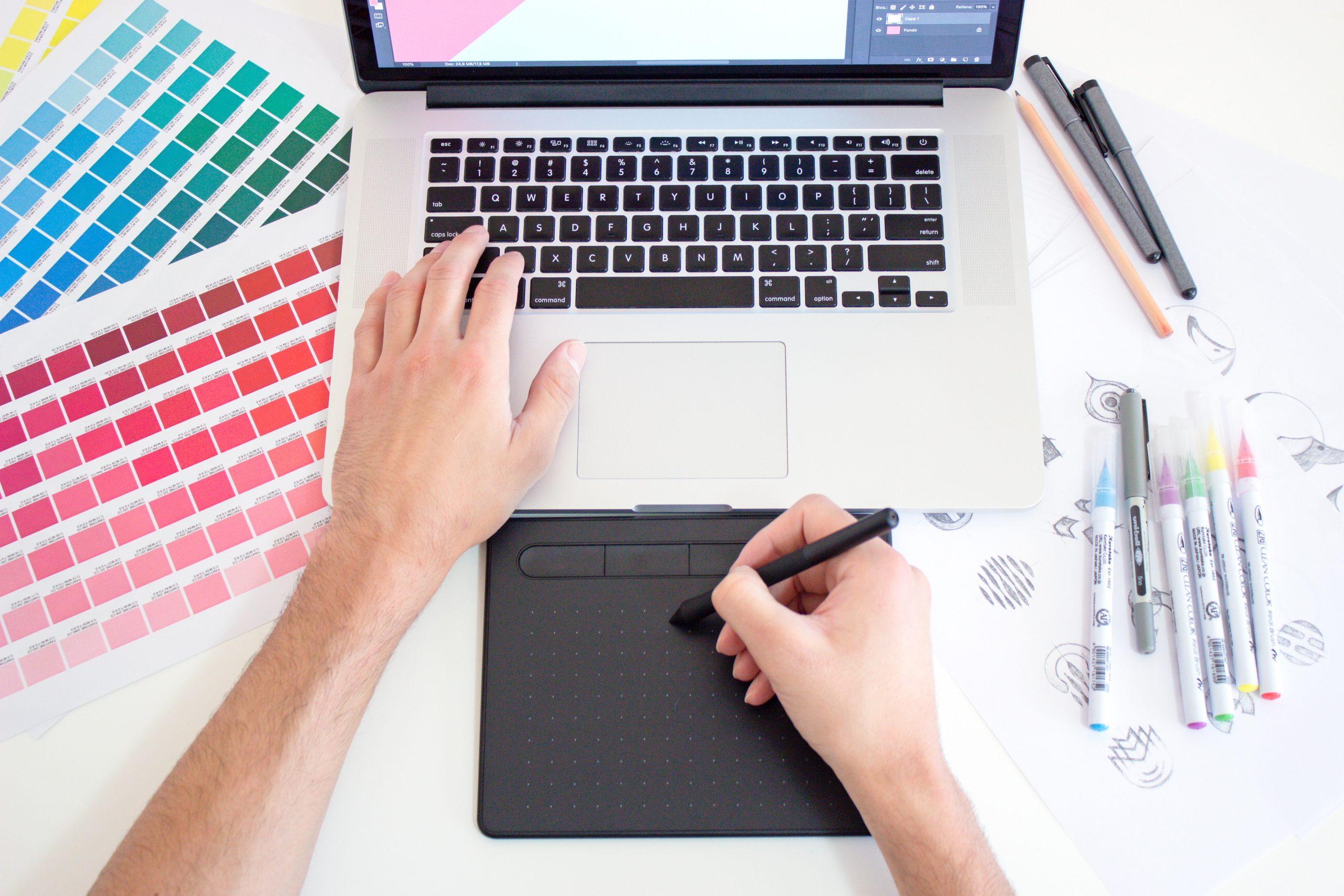 Web designer qui travaille sur sa tablette graphique