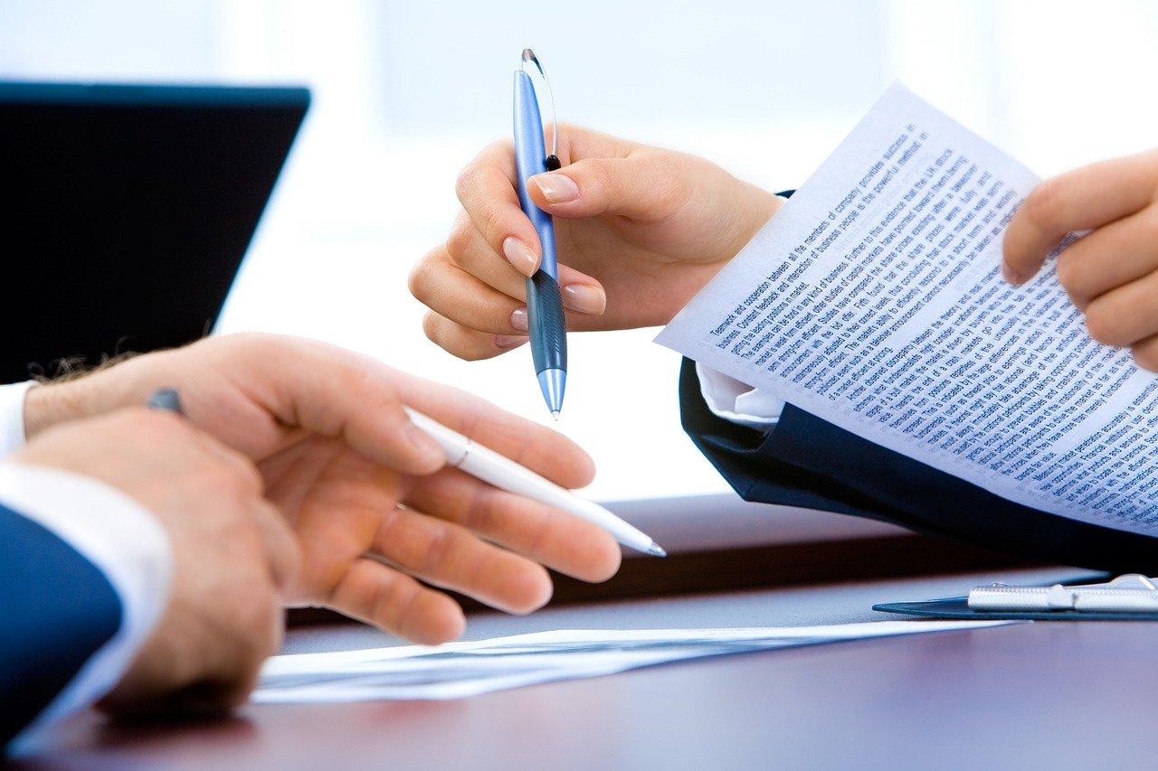 deux personnes qui négocient un contrat