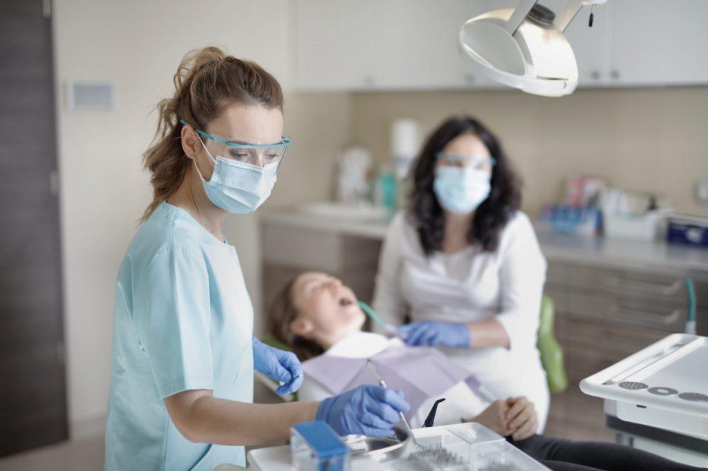 Dentiste et son assistante