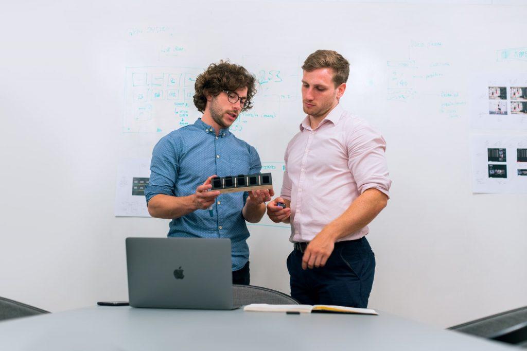 Deux hommes qui discutent un prototype
