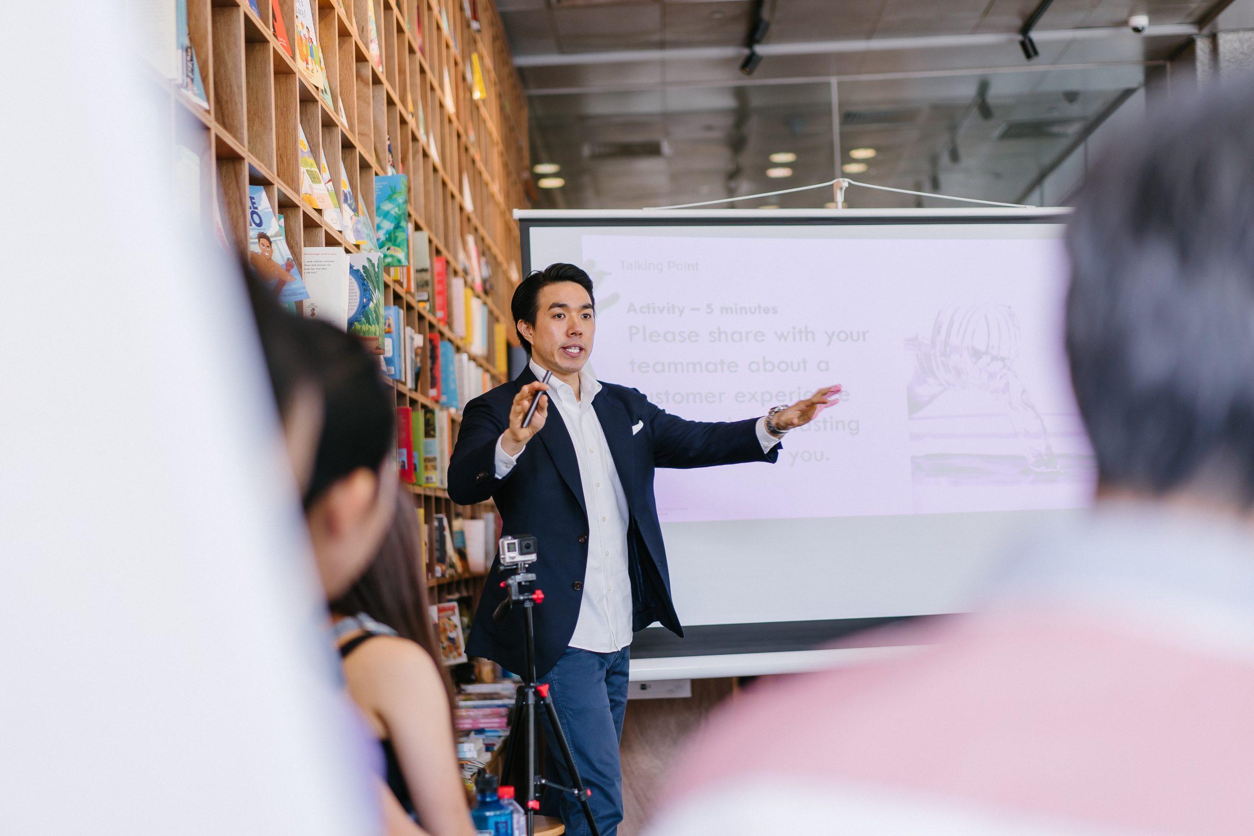 Salarié qui fait un discours devant ses collègues