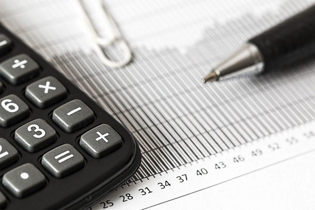 Une calculatrice et un stylo sur une feuille de calcul