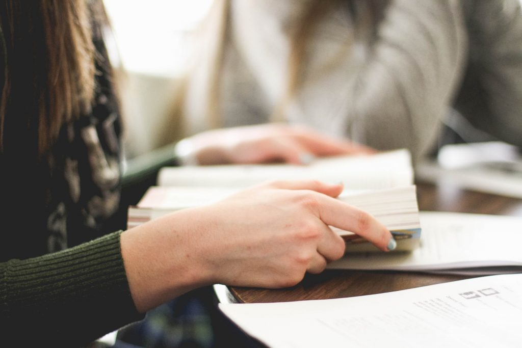 femme qui lit un livre sur la QSE